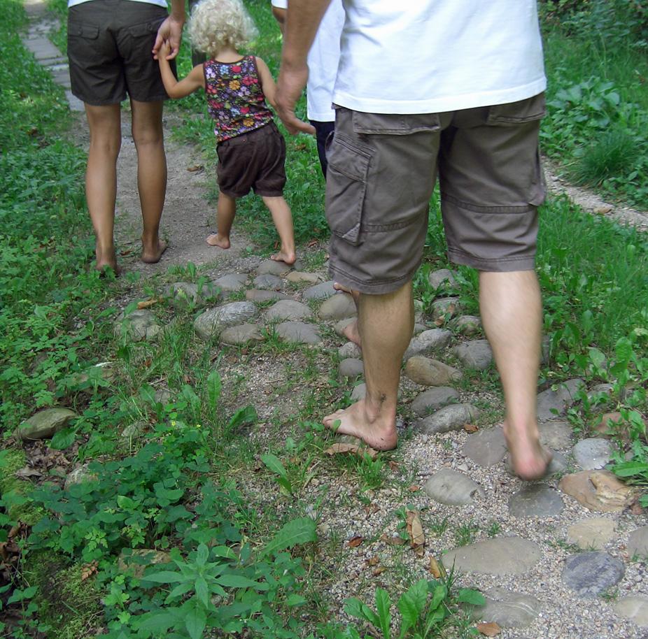 draußen barfuß laufen